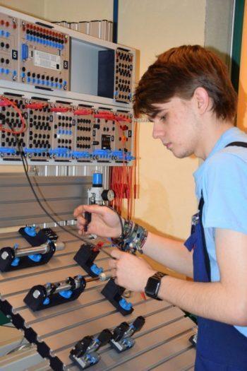 Lehrling Michael Grundböck beim Lehrlingswettbewerb an der Pneumatik-Schalttafel.